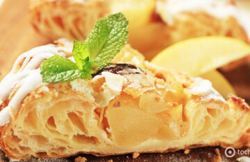 Quick recipe for pear pie with honey and nuts