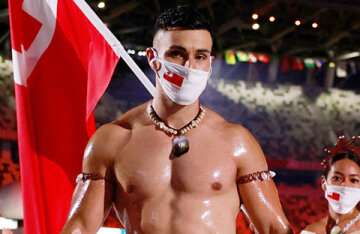 The same flag bearer from Tongo returned to the Olympics. Users of social networks are delighted