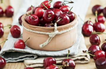 Recipes with cherries: preparing berry-curd tartlets